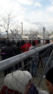 لاجئون سوريون على الحدود المقدونية اليونانية